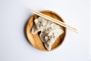 Nourriture dans vaisselle en bois pour événement éco-responsable